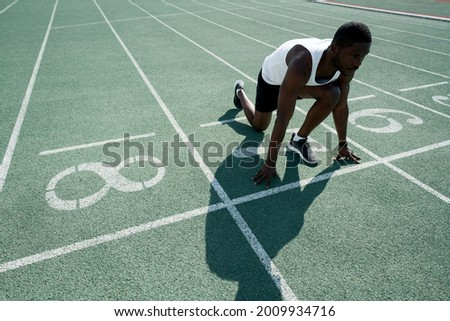 African American male athlete preparing for the race while standing at the start. Active competitions Foto stock ©