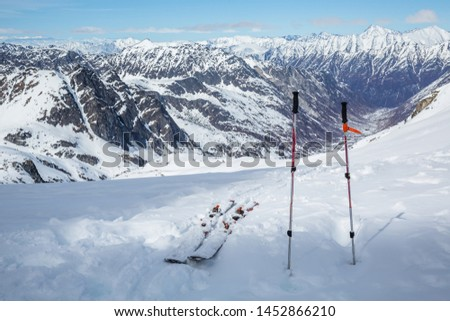After a long hike, skis and poles sit near the top, overlooking a vast glacial valley below Snowbird Glacier in the Hatcher Pass area of the Talkeetna Mountains, Alaska. Stock fotó ©