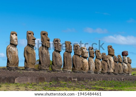 Ahu Tongariki is the largest platform on Easter Island (Isla de Pascua or Rapa Nui) with fifteen restored moais (monolithic human figures). Foto stock ©