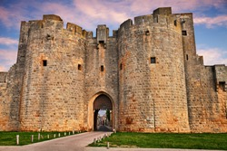 Aigues-Mortes, Gard, Occitania, France: the ancient city gate between the ramparts of the walls im the medieval town of Camargue