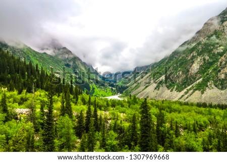 Ala Archa Alpine National Park Landscape near Bishkek with Tian Shan Mountain Range Forest River Fog Foto stock ©