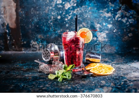 alcoholic cocktail with lime and mint garnish