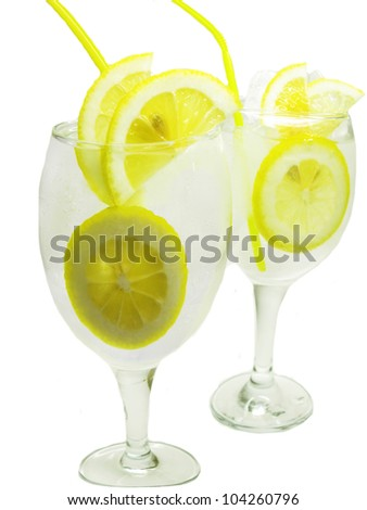 alcoholic white cocktails with ice and lemon