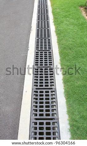 Aligned manhole cover
