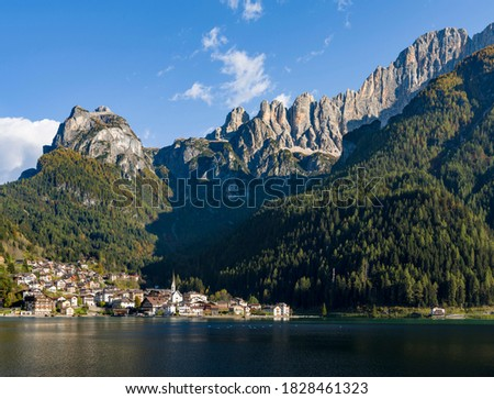 Alleghe at Lago di Alleghe under the peak of Civetta, an icon of the dolomites in the Veneto, Italy. Civetta is part of the UNESCO World Heritage Site. Stok fotoğraf ©