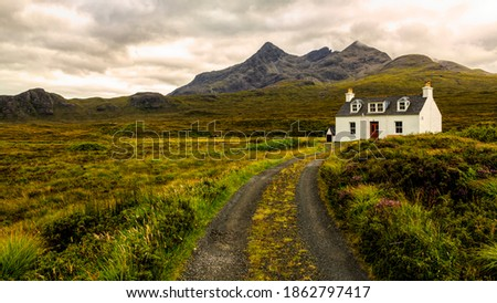 Alltdearg cottage at Sligachan on the Isle of Skye,Scotlandwith the mountain Sgurr Nan Gillean in the background. Foto stock ©