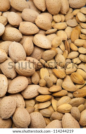 almonds with crust and without crust to eat