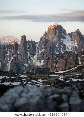 Alpine panorama of rifugio Lavaredo infront of Cadini di Misurina mountain range group seen from Tre Cime peak summit in Sexten Dolomites Belluno, South Tyrol Italy alps Europe Foto d'archivio ©