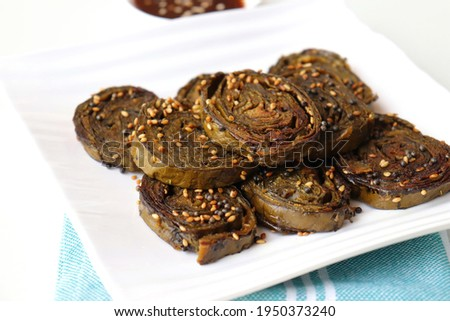 Alu Vadi, Patra, paatra, colocasia leaves roll, Patrode is a popular Indian healthy steamed snack. Garnished with sesame and mustard seeds. served with tamarind chutney. copy space. Stok fotoğraf ©