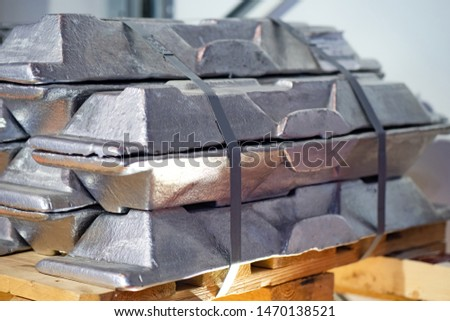Aluminum ingots. Non-ferrous metal is on the pallet. Mining and processing of non-ferrous metals. Metalworking. Metallurgical industry. Storage and transportation of aluminum.