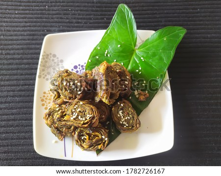 aluwadi, paatra, Maharashtrian  and gujrati snack recipe made using colocasia leaves. Stok fotoğraf ©