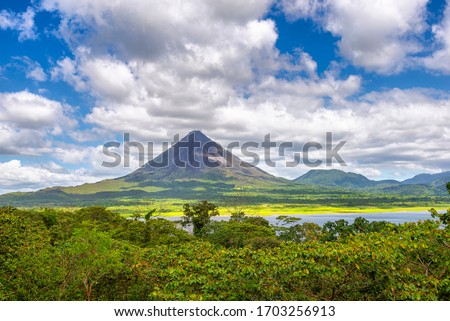 Amazing view of beautiful nature of Costa Rica with smoking volcano Arenal background. Panorama of volcano Arenal reflected on wonderful picturesque lake, La Fortuna, Costa Rica. Central America. Foto stock ©