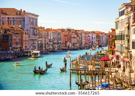 Amazing view on the beautiful Venice, Italy. Many gondolas sailing down one of the canals. Foto stock ©