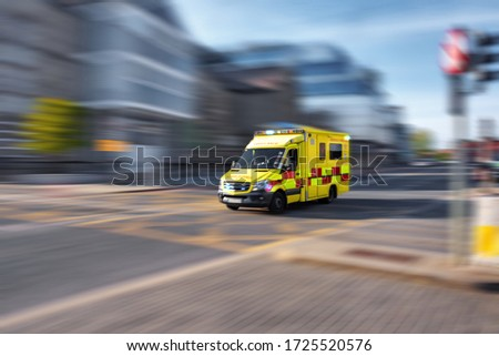 Ambulance responding to emergency call driving fast on street Photo stock ©