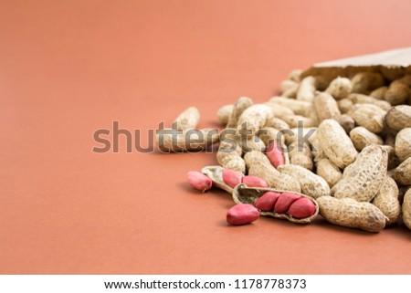 Amendoins saindo do saco de papel  Foto stock ©