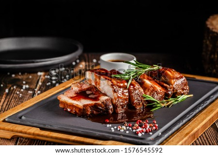 American food concept. Grilled pork ribs with grilled sauce, with smoke, spices and rosemary. Background image. copy space Foto stock ©
