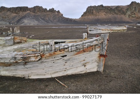 An abandoned boat in South Shetland Islands