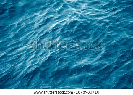 An abstract background of seawater flow under light exposure Foto stock ©