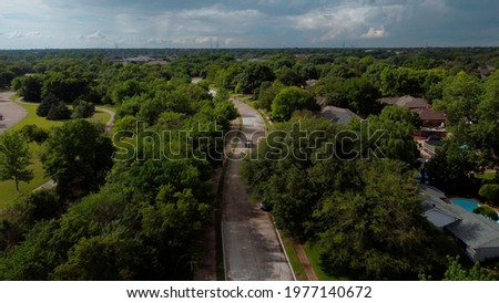 An aerial drone view of a Plano Texas neighborhood by a park on a sunny summer day with car driving on the road. Foto stock ©