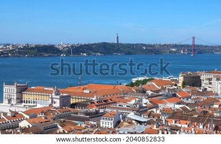 An aerial shot of the Lisbon cityscape with the 25 de Abril Bridge and Tejo river in Portugal Foto stock ©