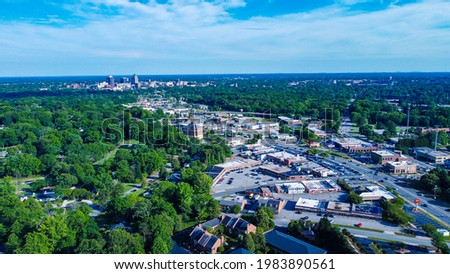 An aerial view of Greensboro's cityscape with traffic on Battleground Ave Foto stock ©