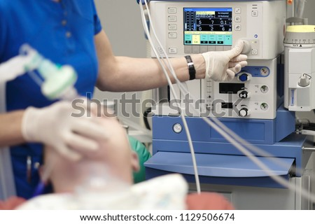 An anesthesiologist monitors the condition of a patient under general anesthesia Stock foto ©