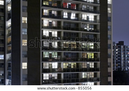 An aprtment building at night with lights.