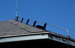 an earth conductor must be installed on each gray roof, which copies the outline of the building and protects the truss from lightning, including the gutter and the metal roof