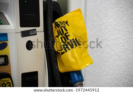 An empty pump at a gas station is covered with a yellow plastic bag following a cyber attack on the Colonial Pipeline.  Photo stock ©