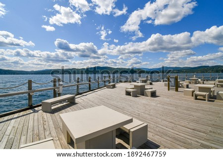 An expansive deck along Lake Coeur d'Alene, part of the world's longest floating boardwalk at the resort at Coeur d'Alene, Idaho, USA Photo stock ©