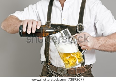 An image of a traditional bavarian man who fills in beer