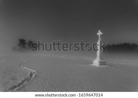 an old cross in a magical winter scenery  Zdjęcia stock ©