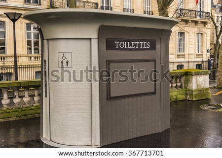 An outdoor public washroom located on a boulevard in Paris France. Foto stock ©
