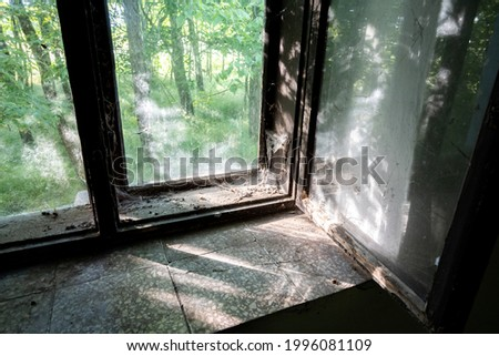 an unwashed window of an old abandoned Pise farmhouse Foto stock ©