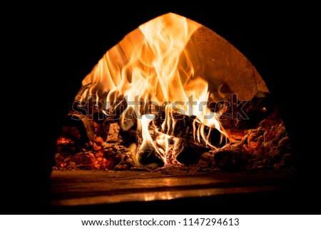 ancien four avec du bois en train de bruler à feu vif