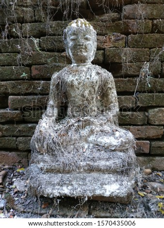 Ancient ancient Buddha images that people worship.