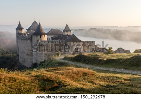 Ancient fortress in Khotyn in morning sun with mist, West Ukraine. Majestic fortification on the banks of the Dniester River, one of the most famous and largest castles in Ukraine. Foto stock ©