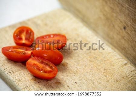 Angielski  chopping board with tomato slices Zdjęcia stock ©