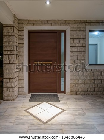 apartment building main entrance wooden door and window, night view Foto stock ©