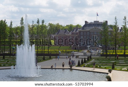 APELDOORN - MAY 23: The Royal Loo Palace as seen from the gardens and the fountains May 23, 2010 in Apeldoorn, the Netherlands