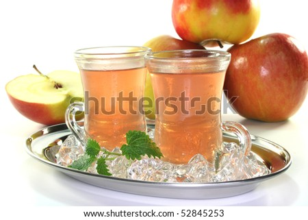 Apple iced tea with fresh apples and ice cubes