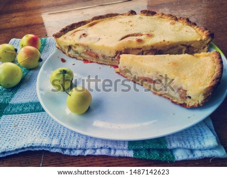 Apple pie. The basis of the pie - shortcrust pastry, apples with sour cream