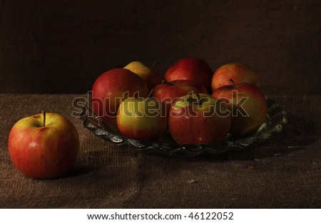 Apples on a dish. The dish costs on a table.