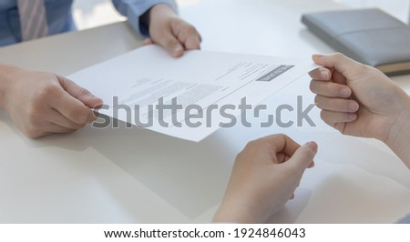 Applicants submitting a resume to the staff to apply for a job, Participating in the selection of applicants to work in the company, Submitting documents or submitting a resume. Stockfoto ©