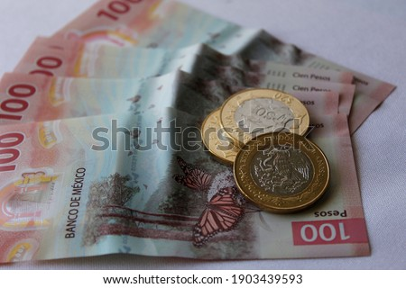 approach to mexican banknotes of 100 pesos and coins Foto stock ©