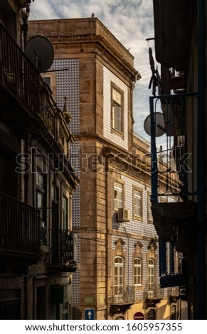 Architecture in O Porto, Portugal. Different styles of architecture developed in the city. Historic buildings, remarkable in the city. Tourism City. Family outing. Foto stock ©