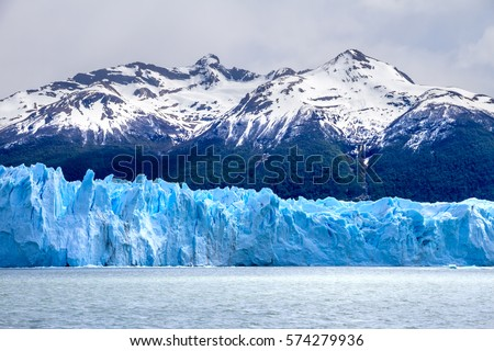 Argentina, Patagonia, Perito Moreno glacier close up from the touristic boat. Landscape with the blue glacier with snow-capped mountains on the back. Foto stock ©