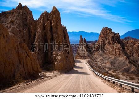 Argentina. The dust road of ruta 40 between Cachi and Cafayate. The road cuts through the quebrada de las Flechas in the Salta region.  Foto stock ©