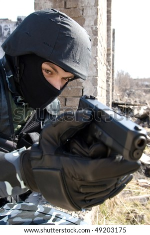 Armed officer targeting with a semi-automatic glock pistol