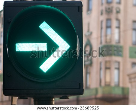 Arrow on semaphore is green , you can turn right now